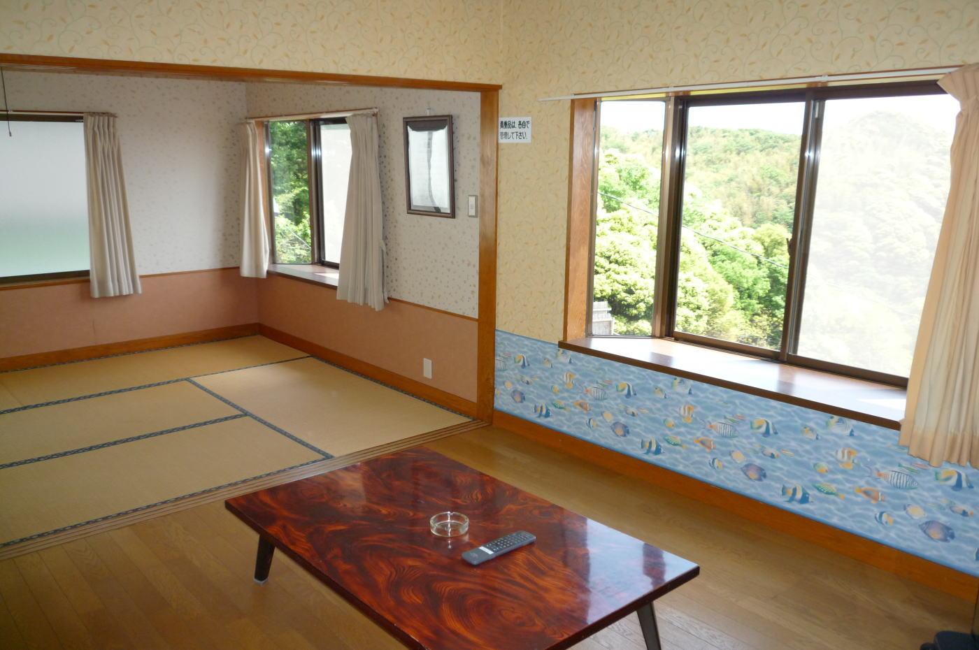 入田浜山荘 B6名用リビングと和室