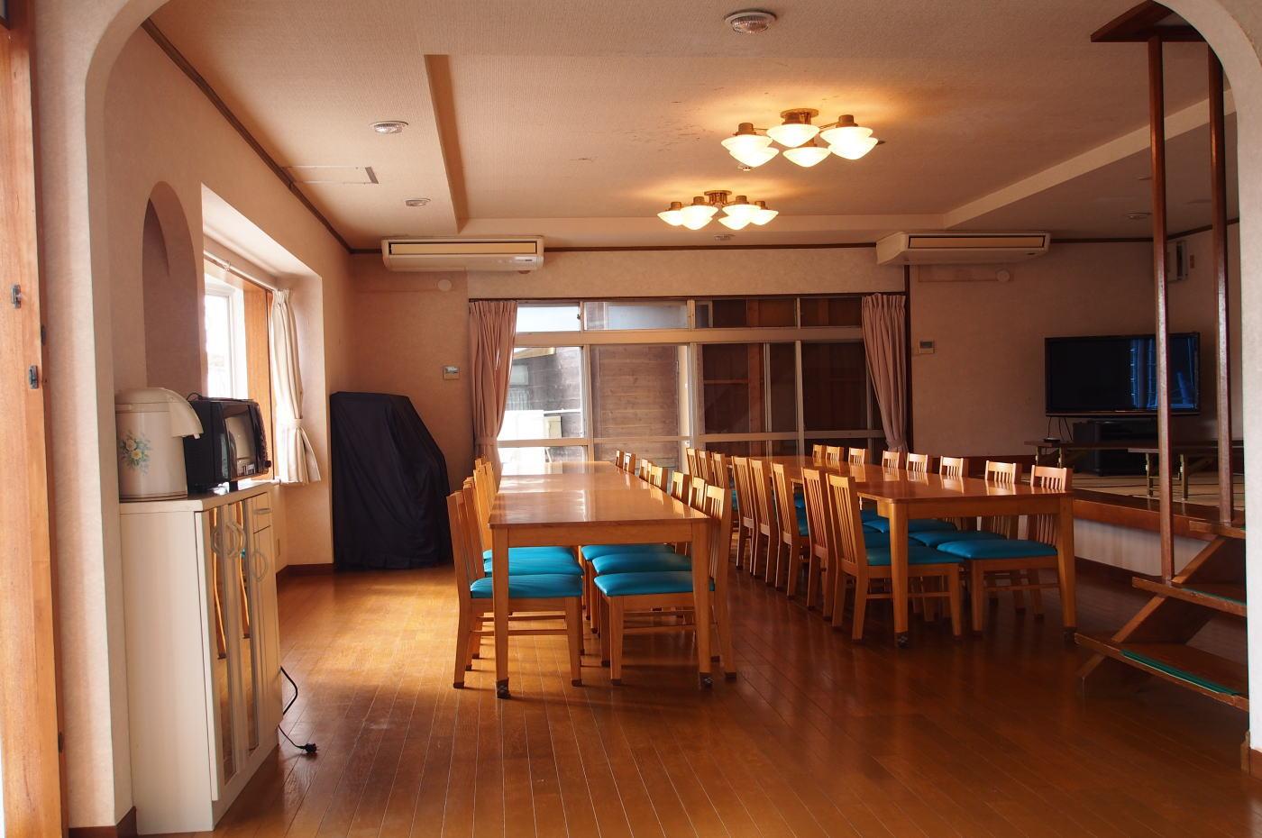 40畳の広いリビングに15名~20名程度のグループから最大35名まで宿泊できます