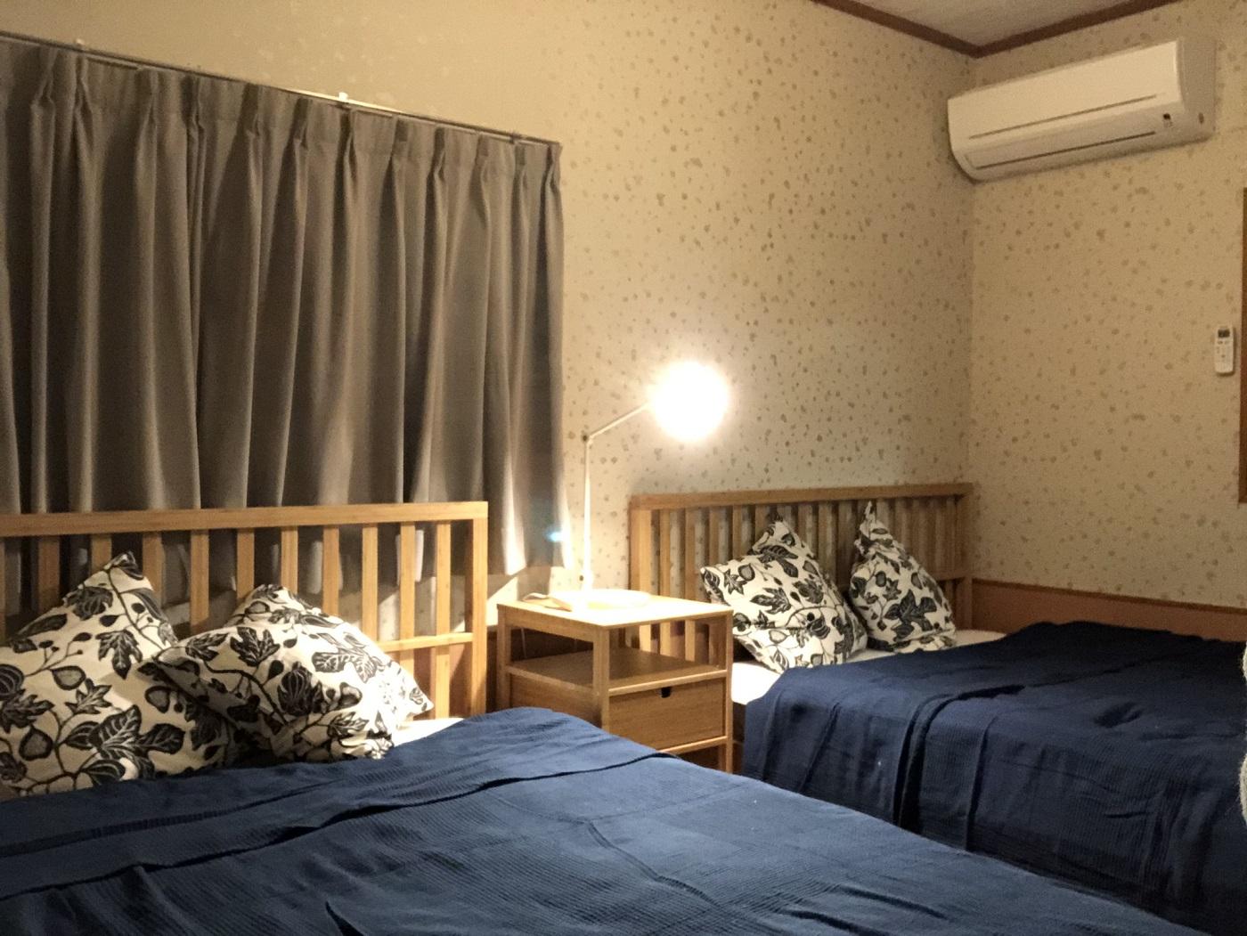 ビーチで遊んだあとは、あったか温もりハウスでお休みしよう。おしゃれなダブルベッドのある寝室です