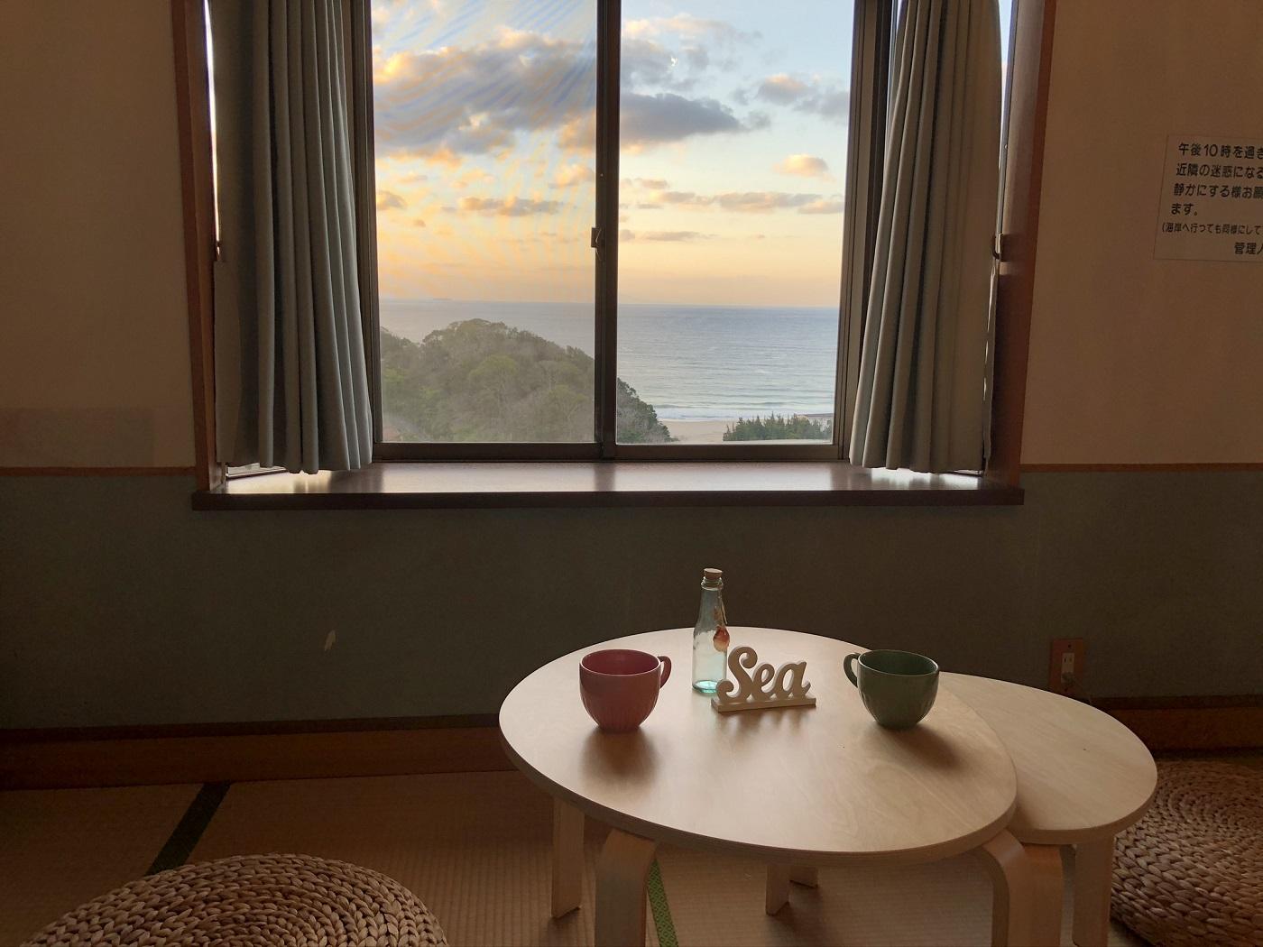 海沿いの景色が目の前に広がります。海辺のリゾート気分が手軽に楽しめる貸別荘です