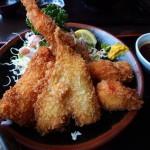 伊豆の海で海の幸を食べる