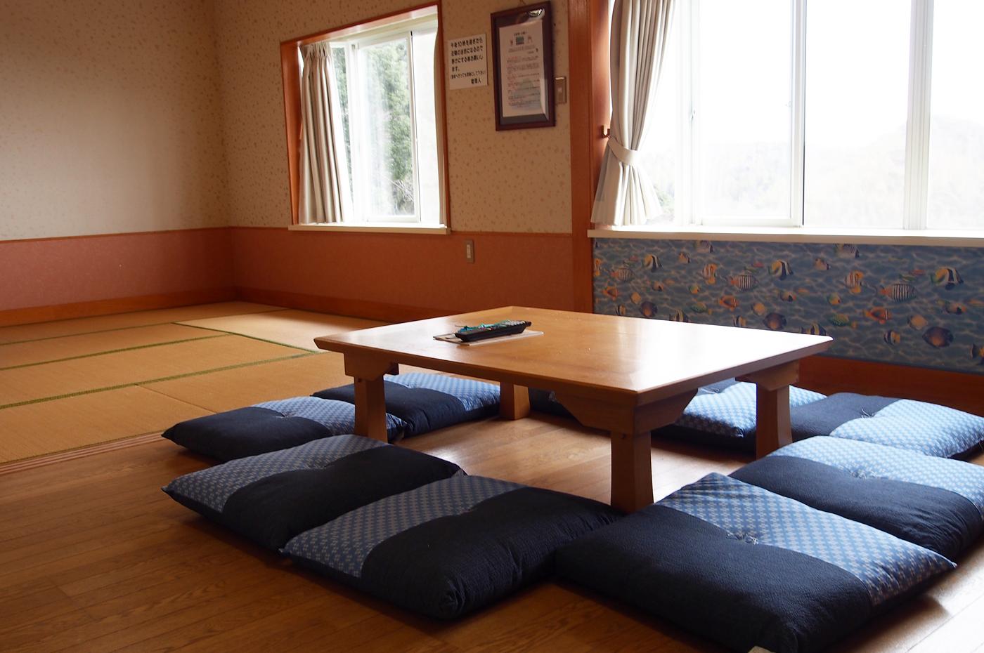 入田浜山荘 8名のリビング
