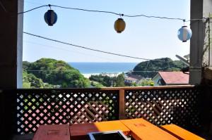 バーベキュー場からは海の景色が目の前にドーン!屋根もあり、器具も一通り用意していますので、手軽にアウトドア体験ができます