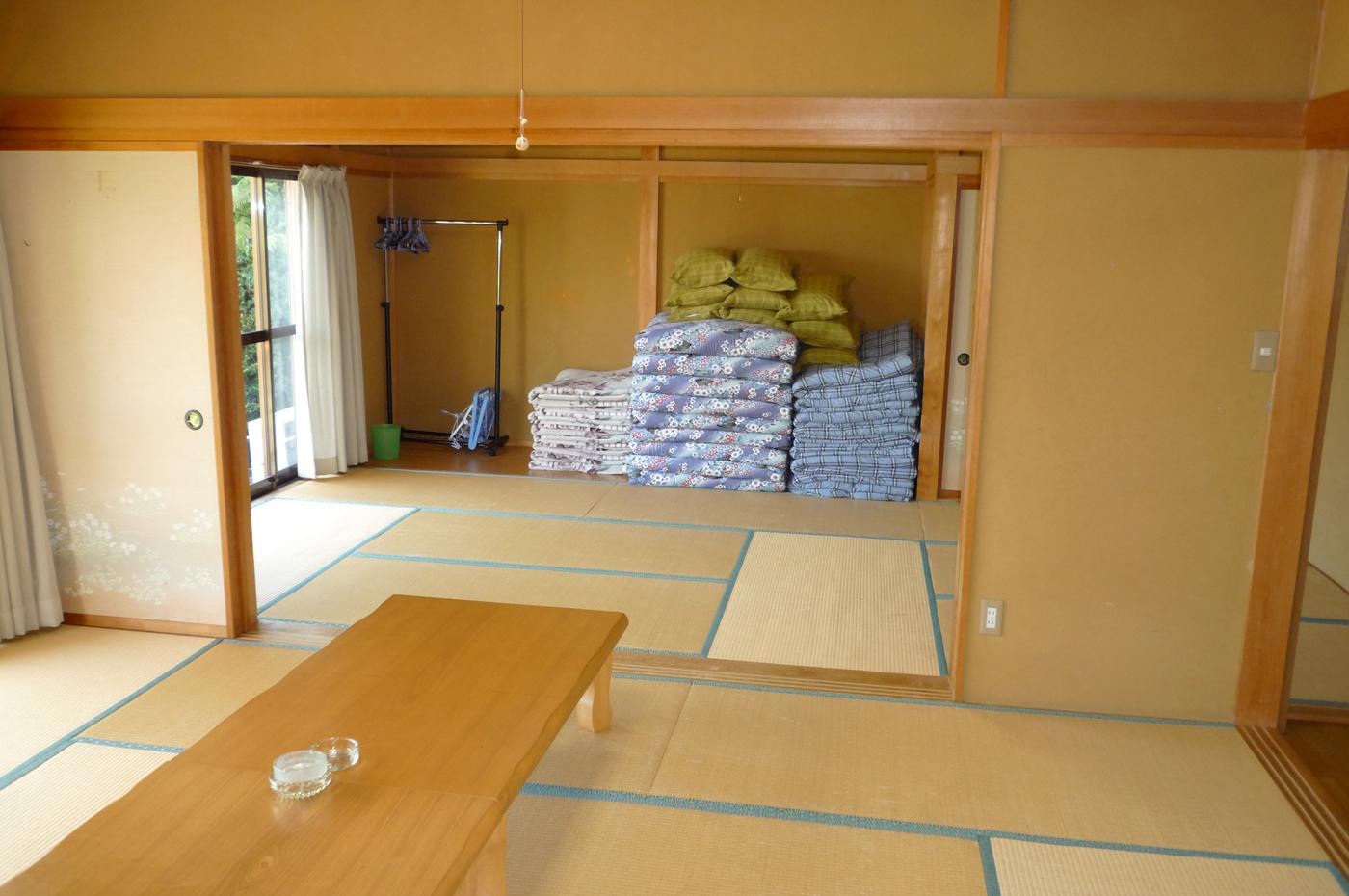 入田浜山荘 和室に布団を敷くお部屋です。日中は広く使えて、夜間はプライベートにご利用いただけます。