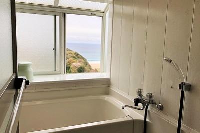 入田浜山荘 10号棟の浴室から海の眺め