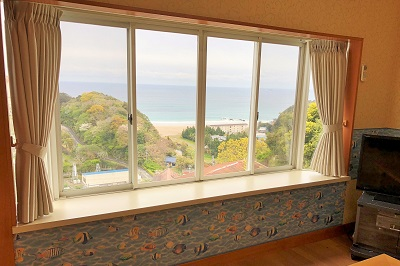 入田浜山荘 10号のリビングから海の絶景