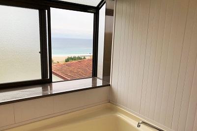 入田浜山荘 B6名用の浴室からも海の景色が見えます