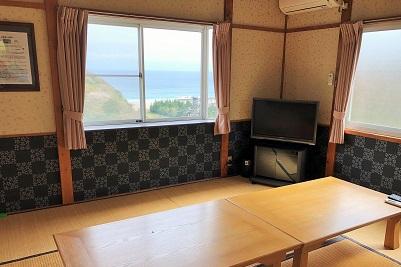 和室から海の景色が見えるコテージです。エアコン完備でキャンプ場よりも使いやすく、バーベキュー場もあるので手軽にアウトドアを楽しめる宿泊施設です