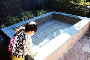 修善寺フォーレストで温泉を見る子供