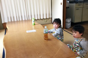 修善寺フォーレストの和室でくつろぐ子供と赤ちゃん