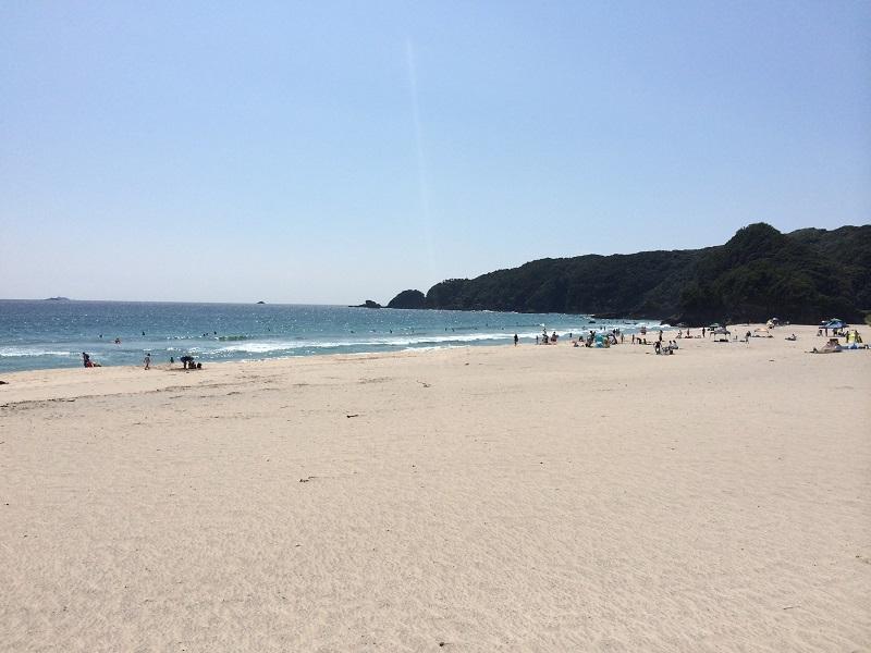 吉佐美大浜は、入田浜の隣のビーチ。ビッグシャワーなどのイベントが行われ、周辺には海外要人の別荘があったことから、今も外国人の多い地域として有名です