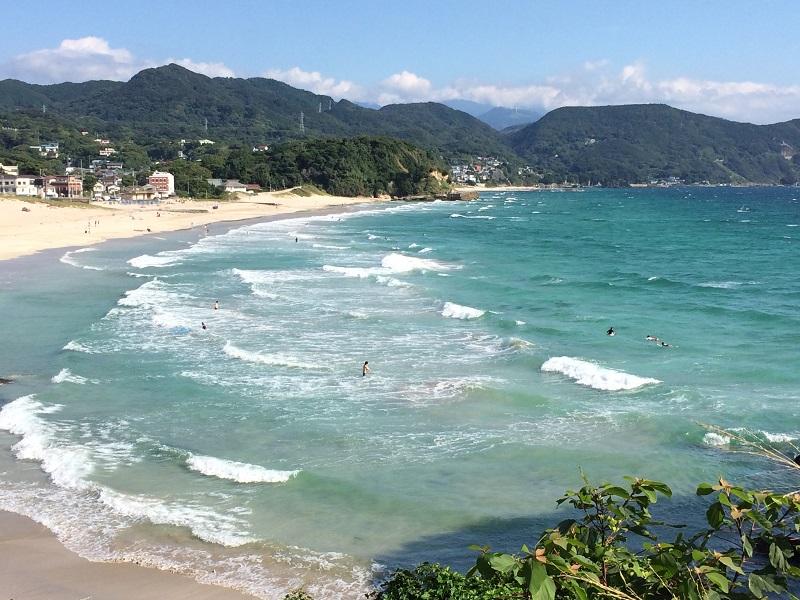 白浜大浜ビーチ。伊豆半島最大のビーチで、例年多くの若者やサーファーでにぎわいます