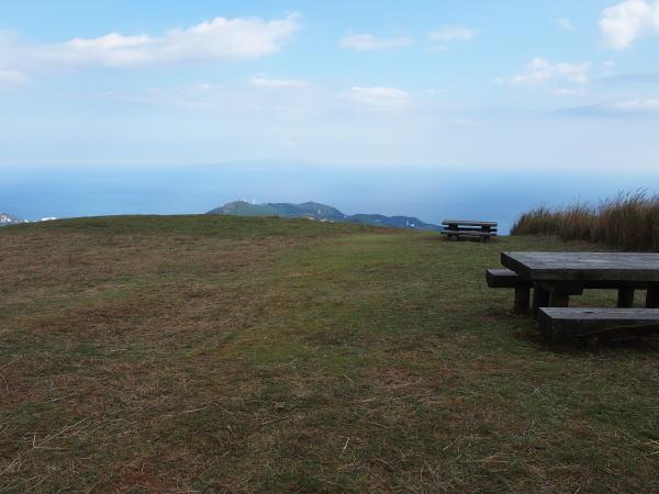 三筋山山頂から伊豆大島を望む