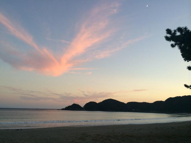 弓ヶ浜海水浴場の夕陽 日本の渚100選のビーチ